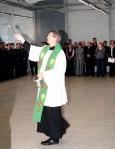 Militärdekan Michael Berning segnet das neue Abfertigungsgebäude (Quelle: Bundeswehr/Flugbereitschaft BMVg )